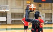 Un robot Toyota qui joue au basketball